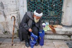 Старое арабское надувательство человека на улице Стоковая Фотография