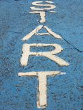 Старое белое слово старта на том основании стоковое изображение rf