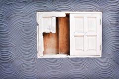 Старое белое сломленное окно на текстуре бетонной стены в картинах волны безшовных грубых для предпосылки стоковое изображение