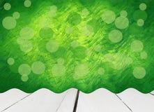 Старое белое деревянное с абстрактной зеленой предпосылкой Стоковые Фотографии RF