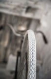 Старое белое whist велосипеда на белой каменной стене Стоковые Фото