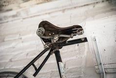 Старое белое whist велосипеда на белой каменной стене Стоковые Изображения