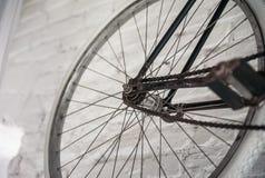 Старое белое whist велосипеда на белой каменной стене Стоковое фото RF