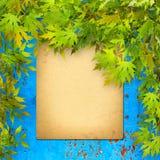 Старое бумажное перечисление на голубой ржавой железной стене с ярким foli Стоковое Изображение