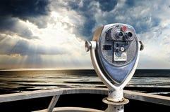 Старое винтажное бинокулярное на палубе с взглядом на море Стоковые Фотографии RF