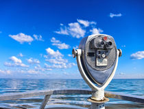 Старое винтажное бинокулярное на палубе с взглядом на море Стоковые Изображения RF