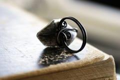Старое винтажное кольцо на книге Стоковые Фотографии RF