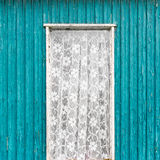 Старое винтажное окно двери с белым занавесом шнурка Стоковые Изображения