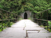 Старое ворот свода Footbridge & камня Стоковая Фотография RF