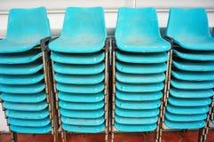 Старое голубое пластичное перекрытие стульев в вертикали Стоковое Изображение RF