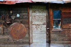 Старое деревенское здание в городе Dawson, Юконе стоковые фотографии rf