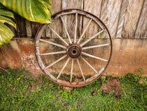 Старое деревянное колесо тележки вола стоковая фотография rf