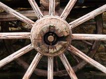 Старое деревянное колесо фуры стоковая фотография rf