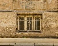Старое деревянное окно с рамкой металла на старой загубленной стене Стоковая Фотография