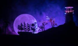Старое деревянное плавание военного корабля к ноча близко к маяку или маяку и паруснику Темная туманная предпосылка Селективный ф Стоковые Изображения RF