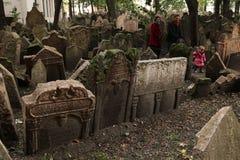 Старое еврейское кладбище в Праге, чехии Стоковые Изображения