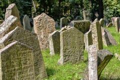 Старое еврейское кладбище в Josefov, Праге, чехии Стоковые Изображения