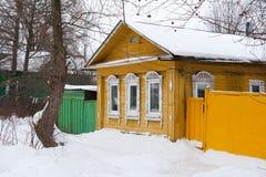 Старое деревянное желтое здание в Ростове Veliky, России Зима Стоковая Фотография