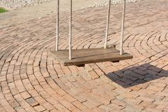 Старое деревянное качание повиснуло на дереве на парке Стоковое Изображение
