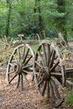 Старое деревянное колесо телеги 2 против деревянной тележки Стоковая Фотография RF