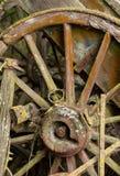 Старое деревянное колесо телеги против деревянной тележки Стоковые Изображения RF