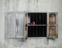 Старое деревянное окно в доме стены Стоковое Изображение RF