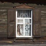 Старое деревянное окно с штарками и кожухами на старом деревянном bo Стоковые Фотографии RF