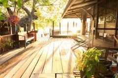 Старое деревянное патио дома в тайском стиле Стоковые Фотографии RF