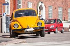 Старое желтое Volkswagen Beetle припарковано стоковые изображения rf