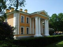 Старое жилищное строительство в парке Санкт-Петербурге стоковые изображения