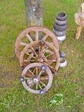 Старое закручивая колесо сделанное от тимберса и ветвей/сломанного деревянного винтажного закручивая колеса Стоковое фото RF