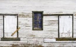 Старое запертое выдержанное окно и 2 двери амбара на buildi страны Стоковые Изображения