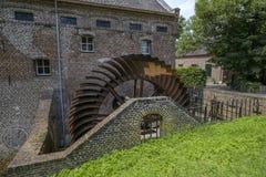 Старое заржаветое колесо затвора водяной мельницы Стоковая Фотография RF