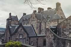 Старое здание больницы замка Эдинбурга внутри замка Эдинбурга, популярной туристической достопримечательности города Эдинбурга, Ш стоковые изображения rf
