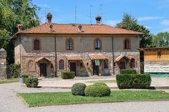 Старое здание в дворе старого замка в Grazzano Visconti Стоковое Изображение RF