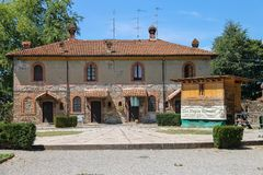 Старое здание в дворе старого замка в Grazzano Visconti Стоковое фото RF