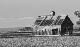 Старое здание в поле стоковое фото rf