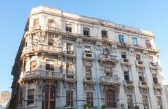 Старое здание ждать свое восстановление в старой Гаване Куба Стоковое фото RF