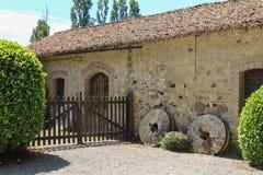 Старое здание и деревянный строб старое Grazzano Visconti Стоковое фото RF