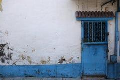Старое здание с интересной голубой дверью стоковое фото