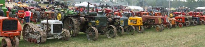 Старое знамя панорамы трактора фермы панорамное стоковое изображение