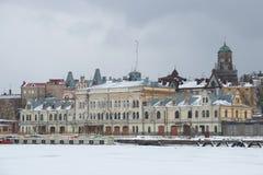 Старое здание администрации порта груза в хмуром дне в феврале vyborg России стоковые фото