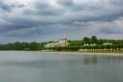 Старое здание на берегах озера Стоковое Изображение RF