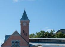 Старое здание с башней с часами на предпосылке голубого неба Стоковые Фотографии RF