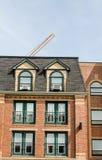 Старое здание с кондиционерами воздуха окна стоковые изображения rf