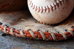 Старое используемое оборудование бейсбола Стоковые Изображения