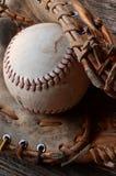 Старое используемое оборудование бейсбола Стоковое фото RF