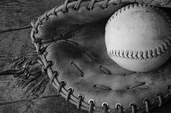 Старое используемое оборудование бейсбола Стоковые Фотографии RF