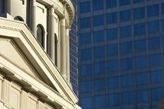 Старое историческое здание суда капитолия архитектуры строя вокруг небоскреба архитектуры крыши купола современного Стоковое фото RF