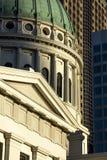 Старое историческое здание суда капитолия строя вокруг крыши купола с современными зданиями архитектуры в предпосылке Стоковые Фотографии RF